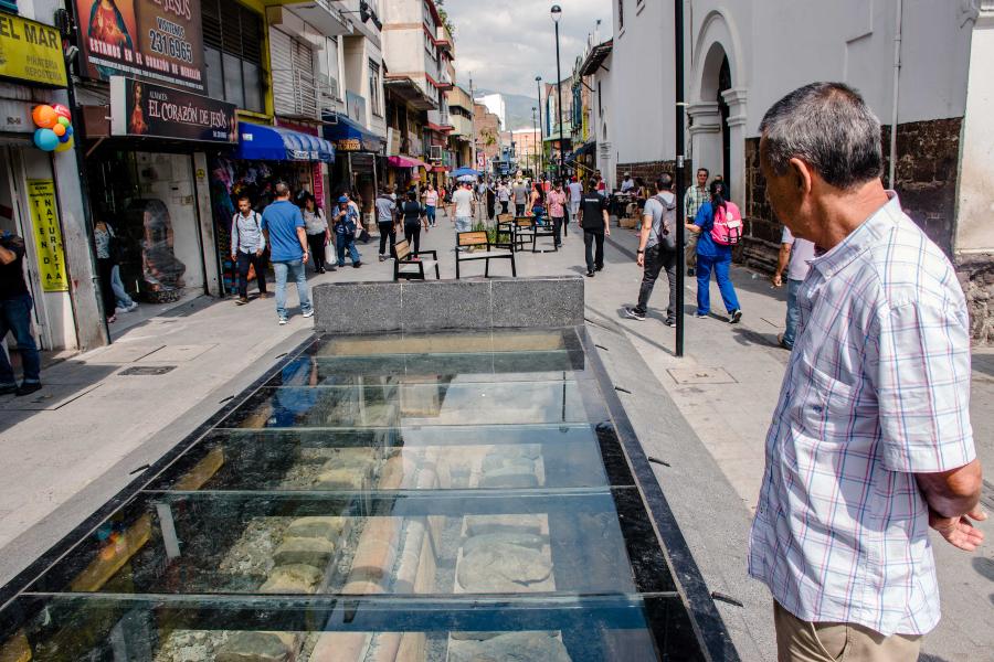 Al lado de la Iglesia La Veracruz se puede apreciar el acueducto del siglo XIX